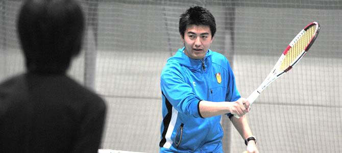 経験豊富なテニスコーチによるレッスン風景